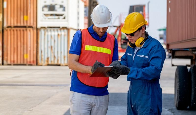 Konnossement: Ladeschein für das Versenden von See- und Binnenschifftransporten, Bestätigung der Übernahme der Ware durch den Verfrachter bzw. für die Verladung der Waren auf dem Schiff  (Foto: Shutterstock-SritanaN )
