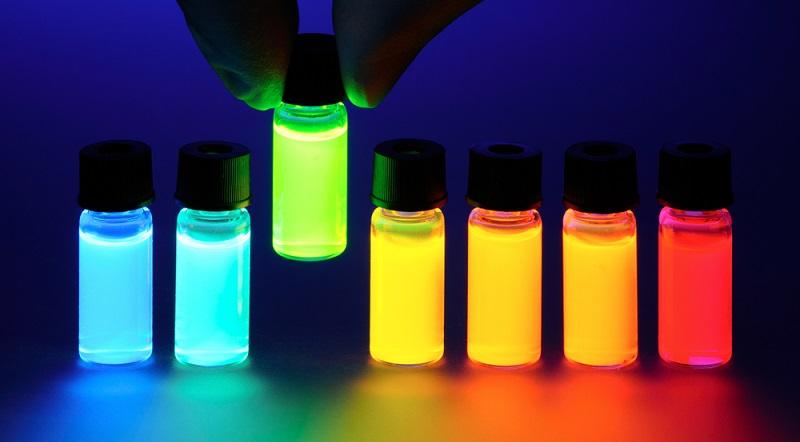 Ein Plus an Sicherheit lässt sich durch spezielle Sicherheitsfarben wie diese fluoreszierenden Farben erreichen. (Foto: Shutterstock-_Denis Larkin )