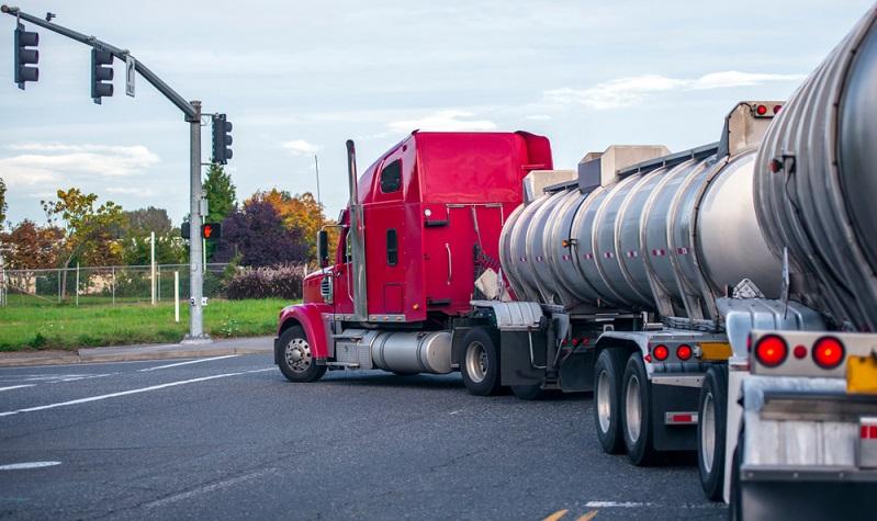 Viele Fahrer von Lkw sind gern mal zügig unterwegs und lassen sich durch die Blitzer-Apps vorwarnen.  (Foto: Shutterstock-Vitpho )