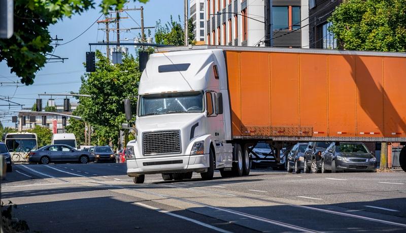Ein Lkw braucht mehr Platz wenn er abbiegen will ( Foto: Shutterstock- Vitpho_)