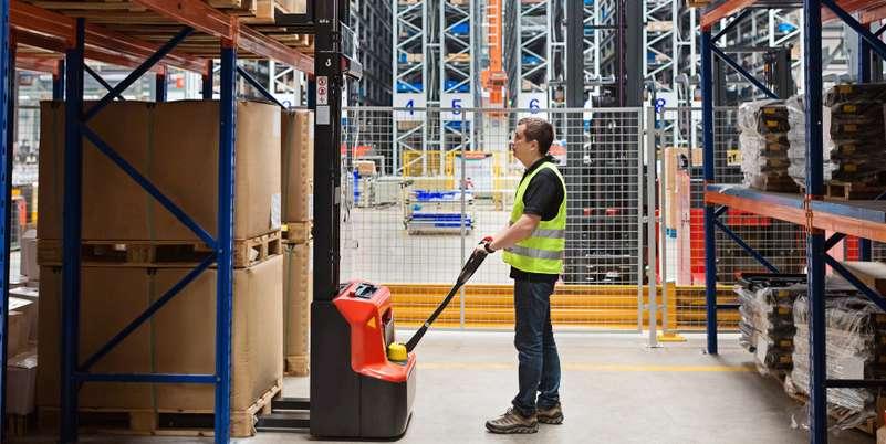 Ein Flurförderzeug ist dafür zuständig, innerhalb eines Lagers bzw. Unternehmens Waren von A nach B zu transportieren. ( Foto: Shutterstock- alinabuphoto )